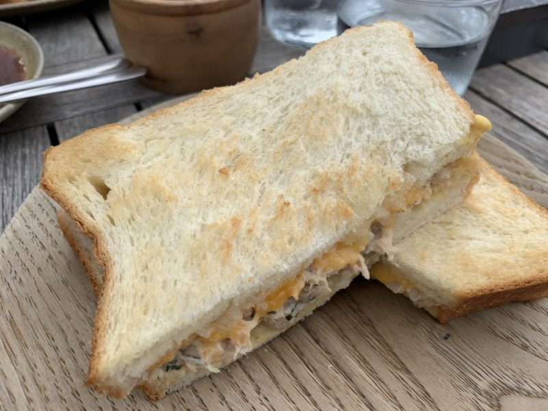 モトコーヒーのサンドイッチ (ツナチェダーサンド)