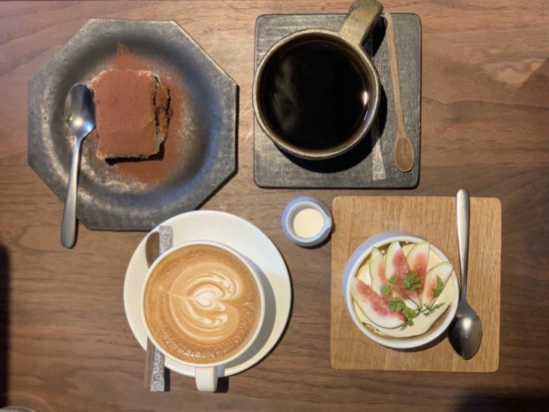 コーヒー (MOTO COFFEE) 内本町店のティラミスと季節の果物のショートケーキ