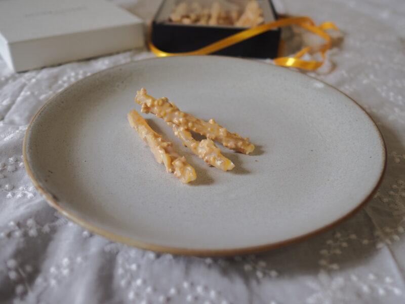 バトン ショコラ シトロン をお皿に盛る。