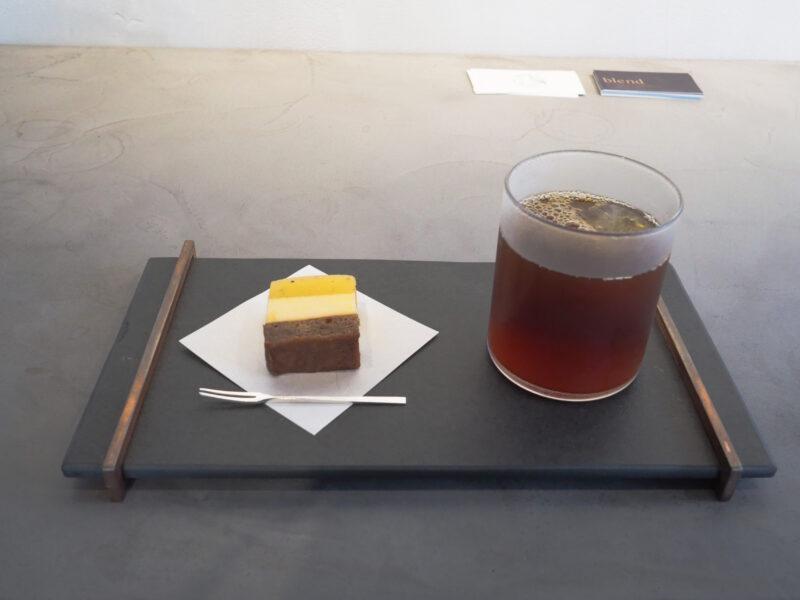 アイスコーヒーとフルーツのケーキ
